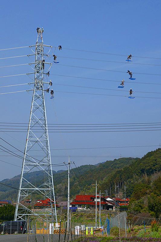 送電線の鉄塔工事中 引きアングル