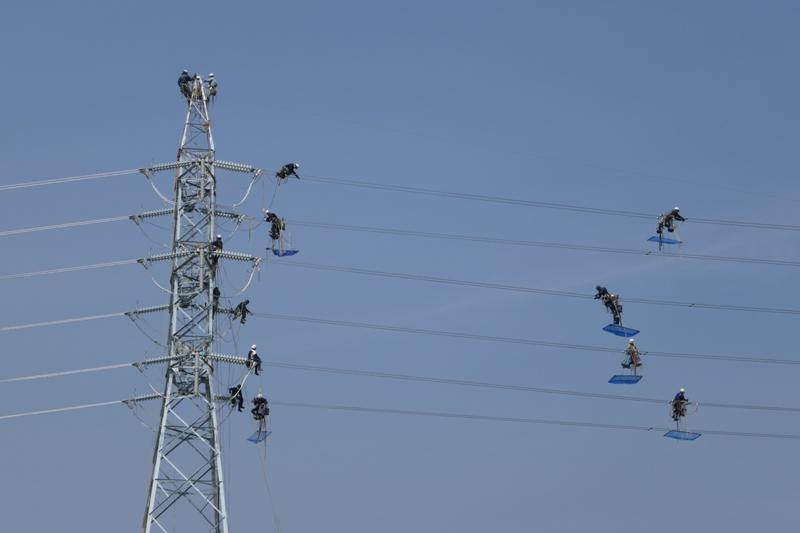 送電線の架線作業中