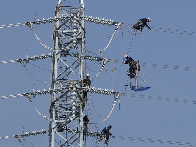 送電線の鉄塔作業中
