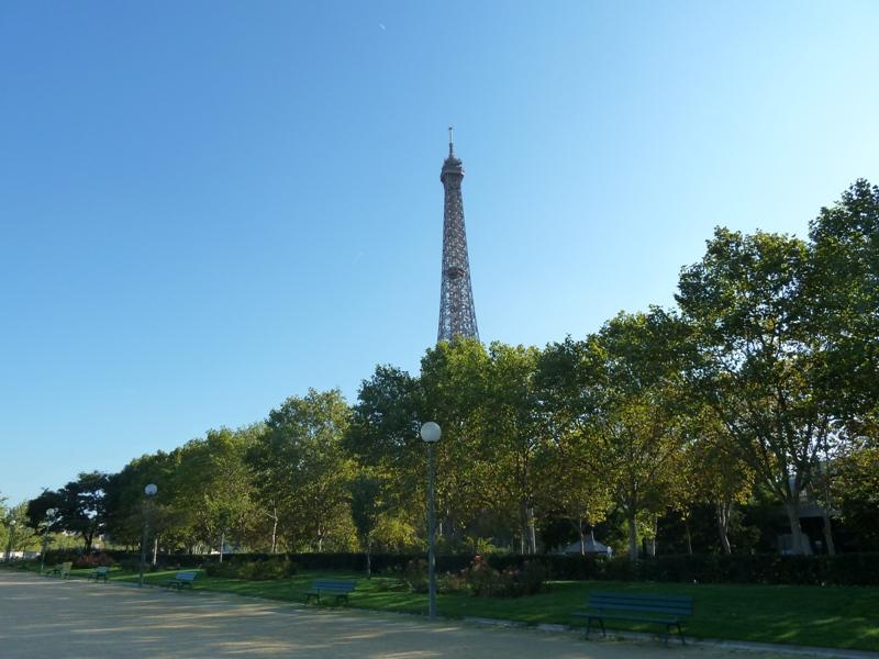 エッフェル塔が見えるセーヌ川沿いの散歩道