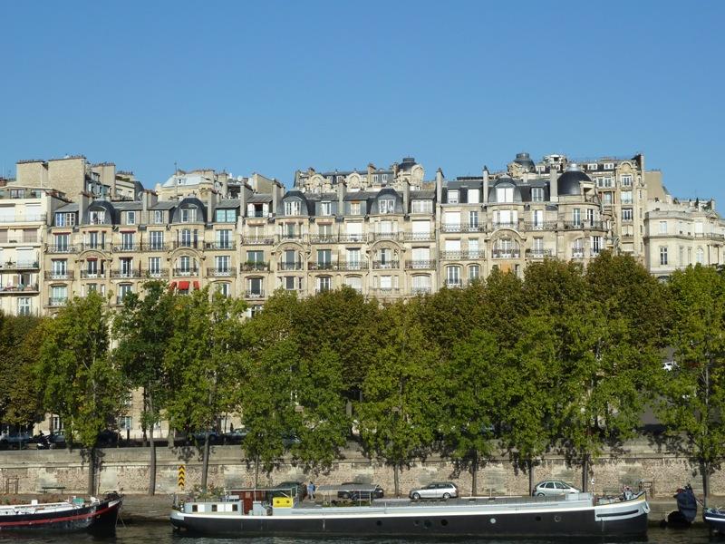 セーヌ川沿いのパリの街並み