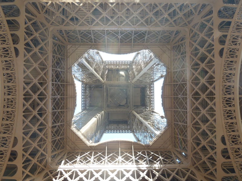 真下から見たエッフェル塔