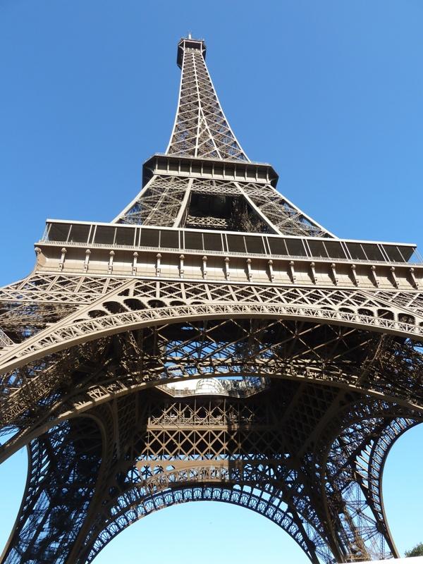 エッフェル塔を見上げる