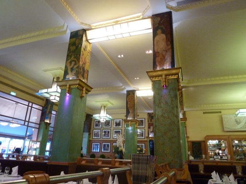 アールデコの装飾が美しい店内