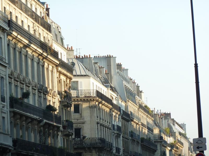 朝日に照らされるパリの街