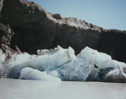氷河湖に浮かぶ氷河のかけら