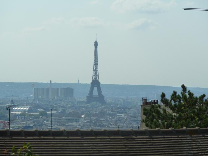 モンマルトルの丘から見るエッフェル塔